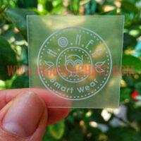 Nhãn Ép Nhiệt Nhũ Bạc Honee In Logo Lên Áo